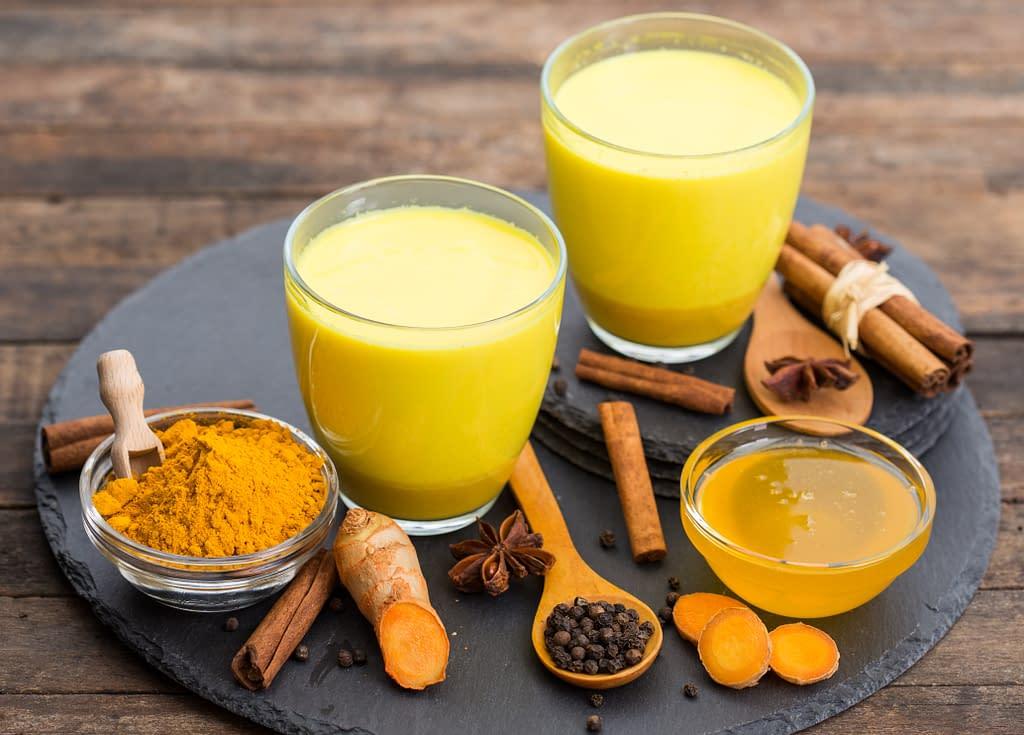 Goldene Milch aus Hafermilch mit Turmeric