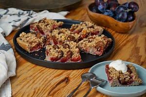 Zwetschgenkuchen aus Dinkel und Buchweizen mit Streuseln